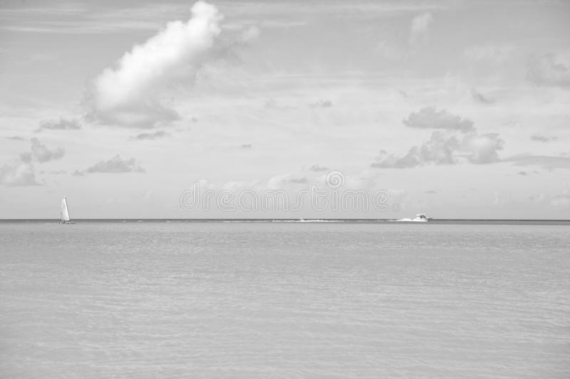 Recurso tropical do mar Beira-mar tropical das férias da cena idílico Água azul de oceano do navio de navigação do motor férias fotos de stock royalty free