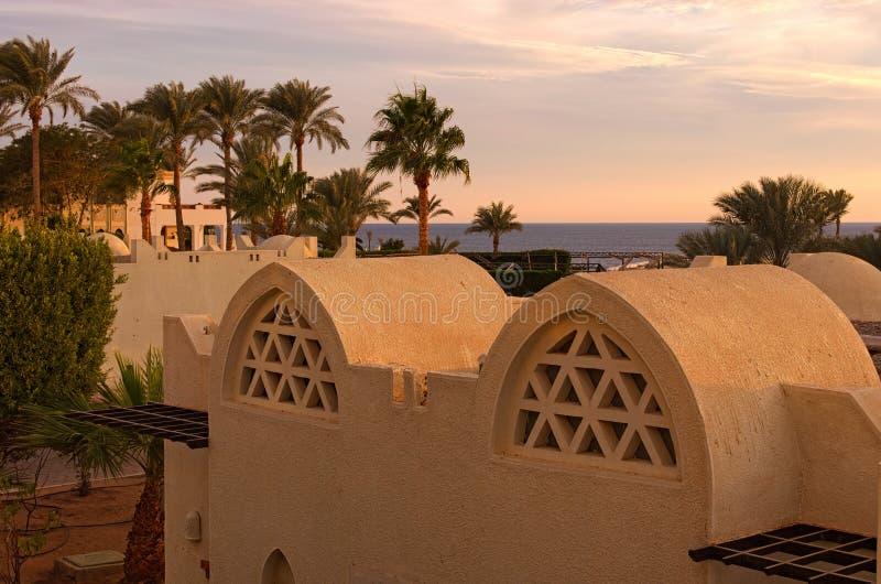 Recurso tropical durante o por do sol Mar Vermelho no fundo Sharm El Sheikh, Egipto Conceito das férias de verão fotos de stock royalty free