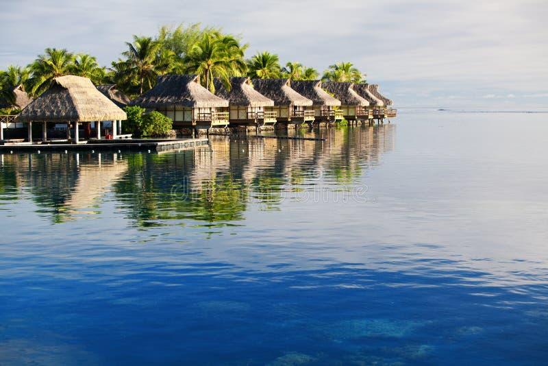 Recurso tropical surpreendente com as cabanas sobre a água fotos de stock
