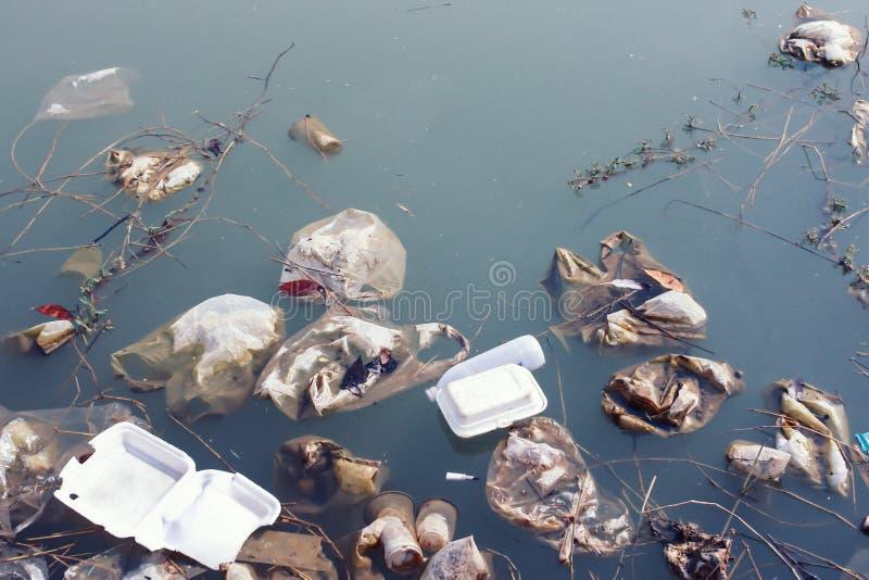 Recursos hídricos que é poluído com vários lixo e lixo, imagens de stock royalty free