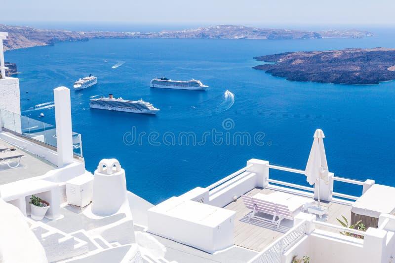 Recursos luxuosos de Imerovigli do finikia do tira de oia do santorini de Grécia foto de stock