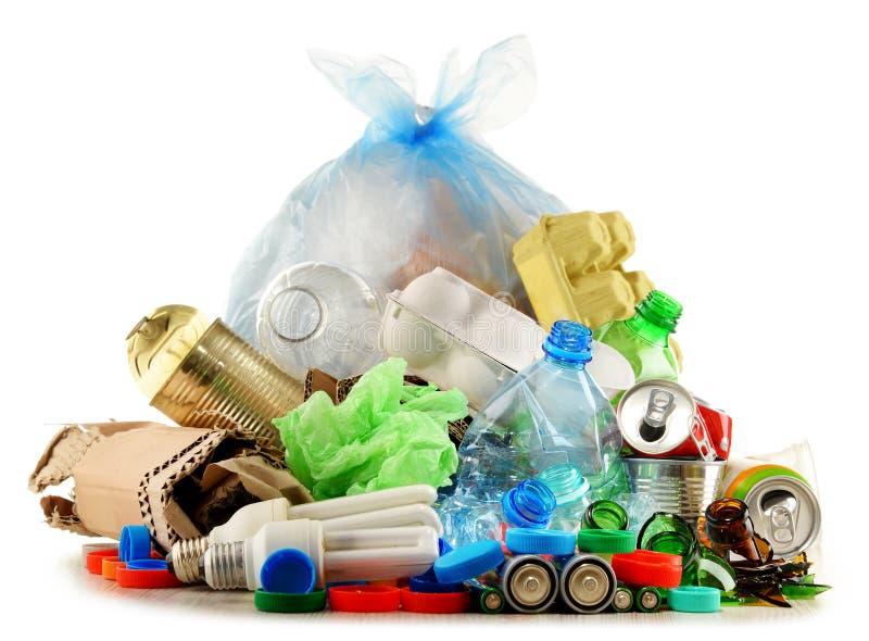 Recyclable śmieciarski składać się z szkło, klingeryt, metal i papier, zdjęcia stock