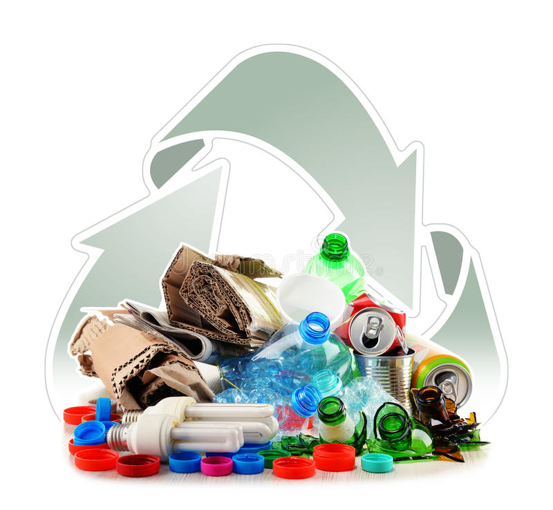 Recyclable śmieciarski składać się z szkło, klingeryt, metal i papier, zdjęcia royalty free