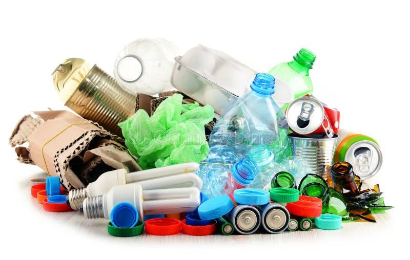 Recyclable śmieciarski składać się z szkło, klingeryt, metal i papier, zdjęcie stock