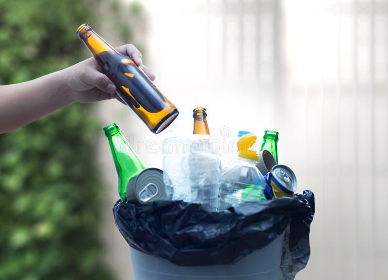 Recyclable śmieciarski składać się z szklanych Savings plastikowy klingeryt Env obraz stock