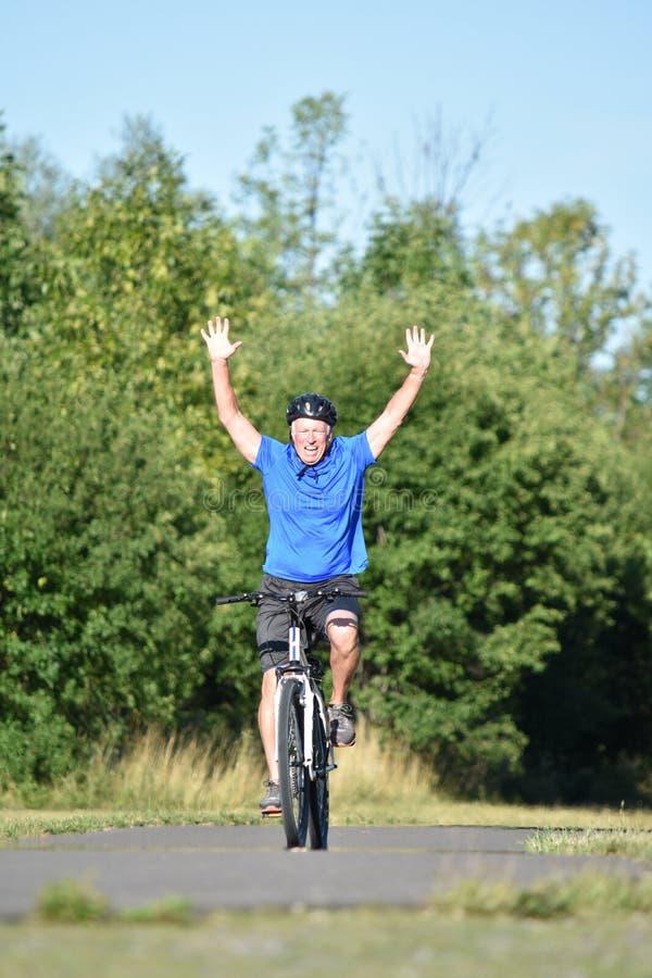 Recyclage de gain de Retiree Male Cyclist d'athlète image stock