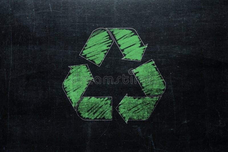 Recycle se connectent le tableau d'isolement sur la texture de tableau noir avec c photo libre de droits