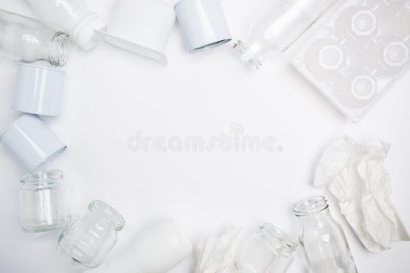 Recyclebarer Abfall, der Glas, Plastik, Metall und aus Papier auf weißem Hintergrund besteht Weißes Beschaffenheitskonzept, Kopie stockbilder
