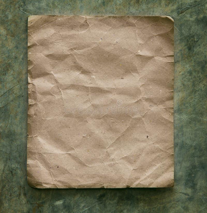 Recycleer document op cementmuur stock foto