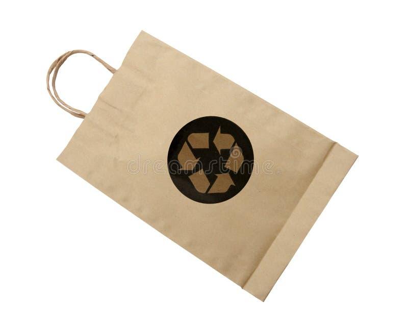 Recycleer embleem op document zak op witte achtergrond (het knippen weg) royalty-vrije stock fotografie
