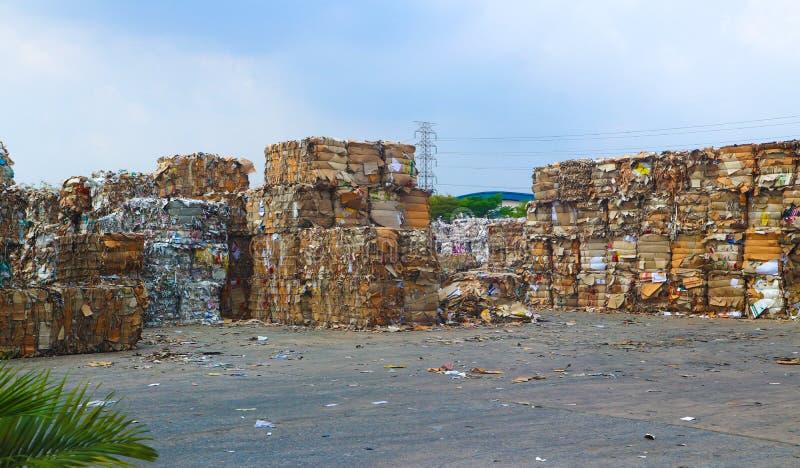 Recycleer het huisvuil van het de industriekarton en document afval na het drukken in de hydraulische het in balen verpakken mach royalty-vrije stock foto's