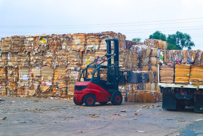 Recycleer het huisvuil van het de industriekarton en document afval na het drukken in de hydraulische het in balen verpakken mach stock fotografie