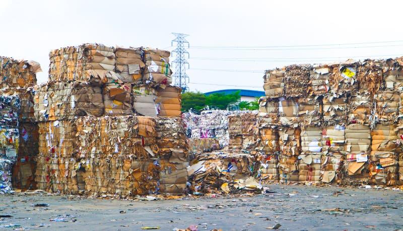 Recycleer het huisvuil van het de industriekarton en document afval na het drukken in de hydraulische het in balen verpakken mach royalty-vrije stock afbeelding