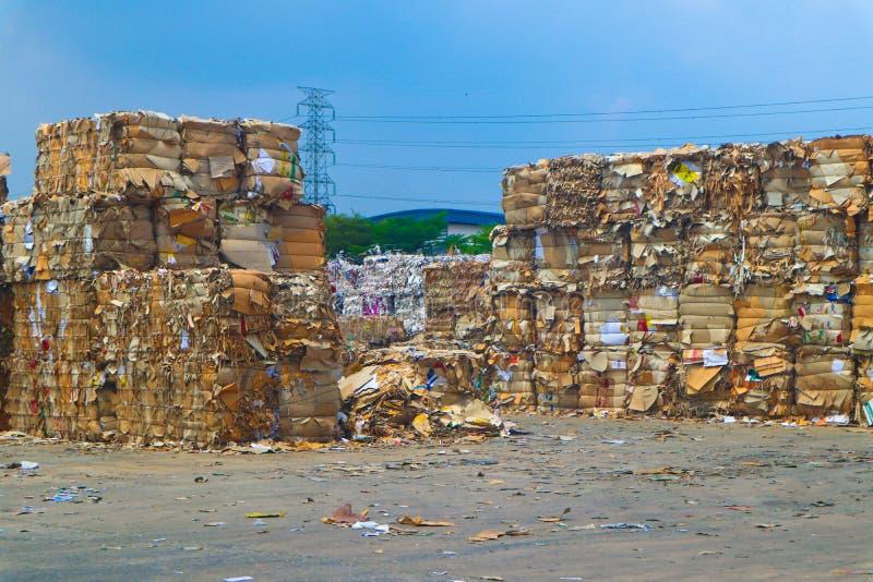 Recycleer het huisvuil van het de industriekarton en document afval na het drukken in de hydraulische het in balen verpakken mach royalty-vrije stock fotografie