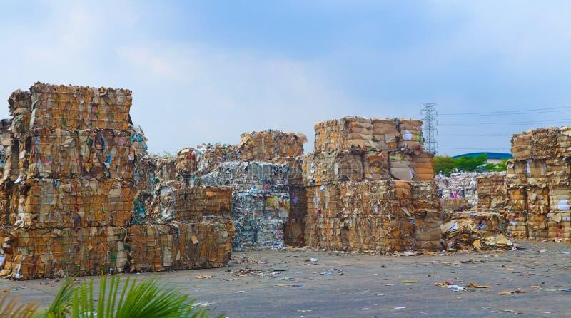 Recycleer het huisvuil van het de industriekarton en document afval na het drukken in de hydraulische het in balen verpakken mach stock afbeelding