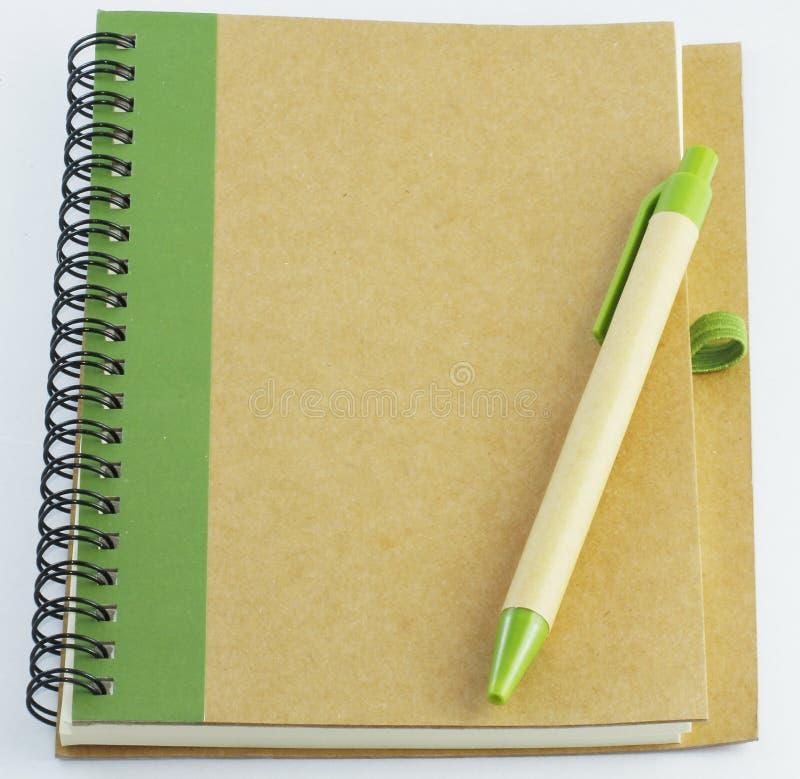 Recycleer notitieboekje en een pen royalty-vrije stock afbeelding