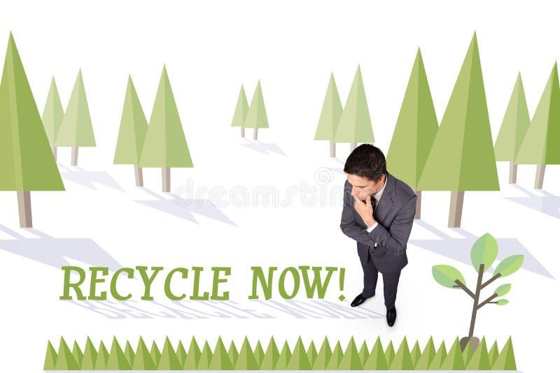 Recycleer nu tegen bos met aardeboom stock afbeelding