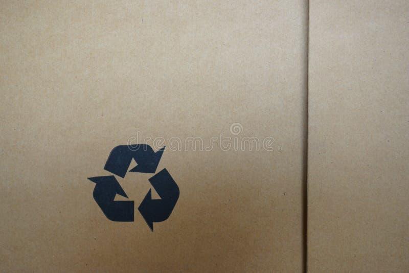 Recycleer symbool op kartondoos royalty-vrije stock afbeeldingen