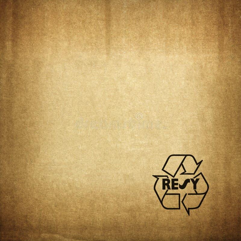 Recycleer symbool op kartontextuur stock foto