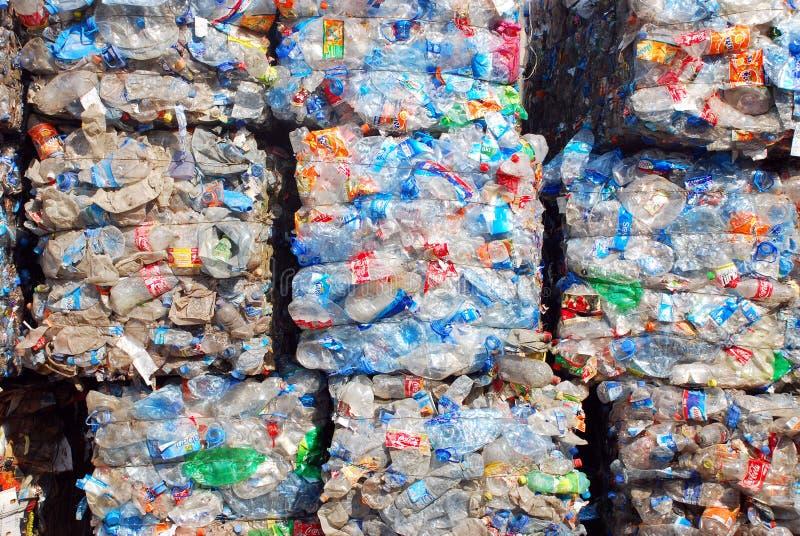 Recyclerende Plastiek en flessen stock afbeelding