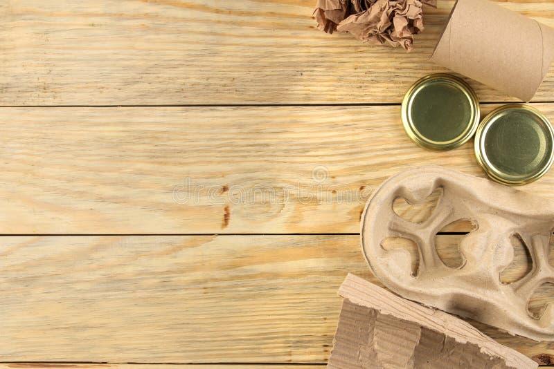recycling conceito do eco na tabela de madeira natural Reciclagem de resíduos Vista de acima Espaço para o texto fotografia de stock royalty free