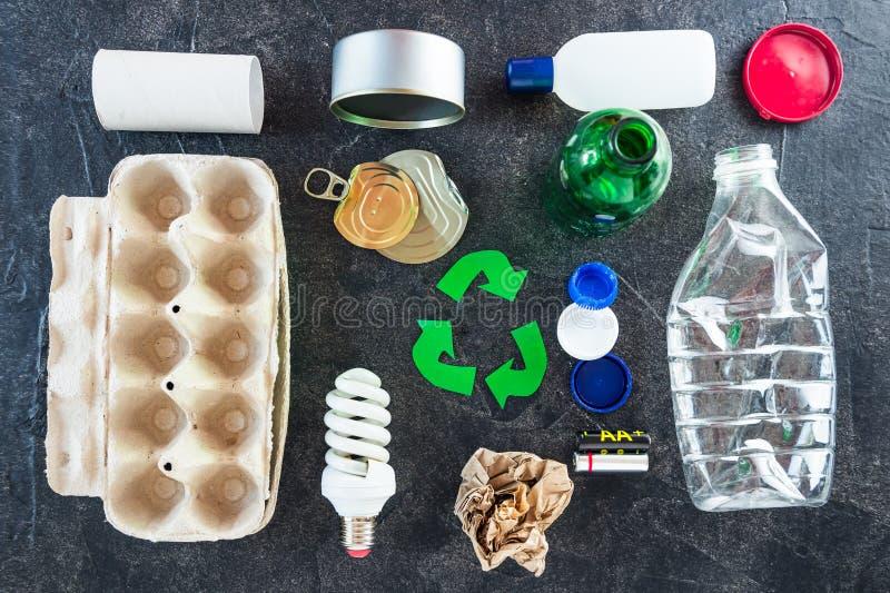 recycling O verde recicla o s?mbolo do eco As setas recicladas assinam perto dos matherials para reciclam e reutilizam na opinião imagem de stock royalty free
