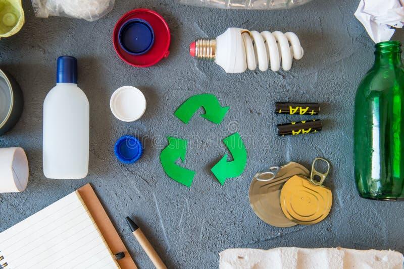 recycling O verde recicla o s?mbolo do eco As setas recicladas assinam perto dos matherials para reciclam e reutilizam na opini?o imagens de stock