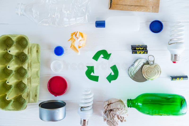 recycling O verde recicla o s?mbolo do eco As setas recicladas assinam perto dos matherials para reciclam e reutilizam na parte s fotos de stock