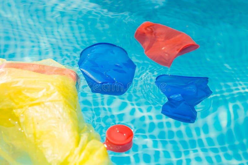 Recycling, Verschmutzung und Umweltkonzept von Kunststoffen - Umweltproblem der Verschmutzung durch Plastikmüll stockfoto