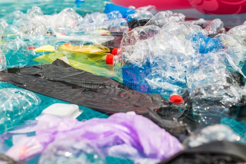 Recycling, Verschmutzung und Umweltkonzept von Kunststoffen - Umweltproblem der Verschmutzung von Plastikmüll in Wasser stockbilder