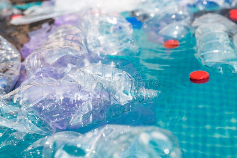 Recycling, Verschmutzung und Umweltkonzept von Kunststoffen - Umweltproblem der Verschmutzung von Plastikmüll in Wasser stockbild
