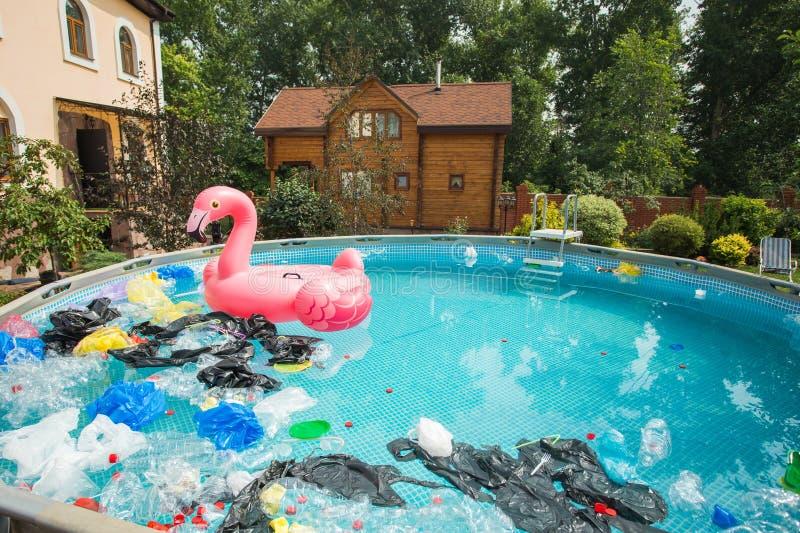 Recycling, Verschmutzung und Umweltkonzept von Kunststoffen - Umweltproblem der Verschmutzung von Plastikmüll in Wasser lizenzfreie stockfotografie