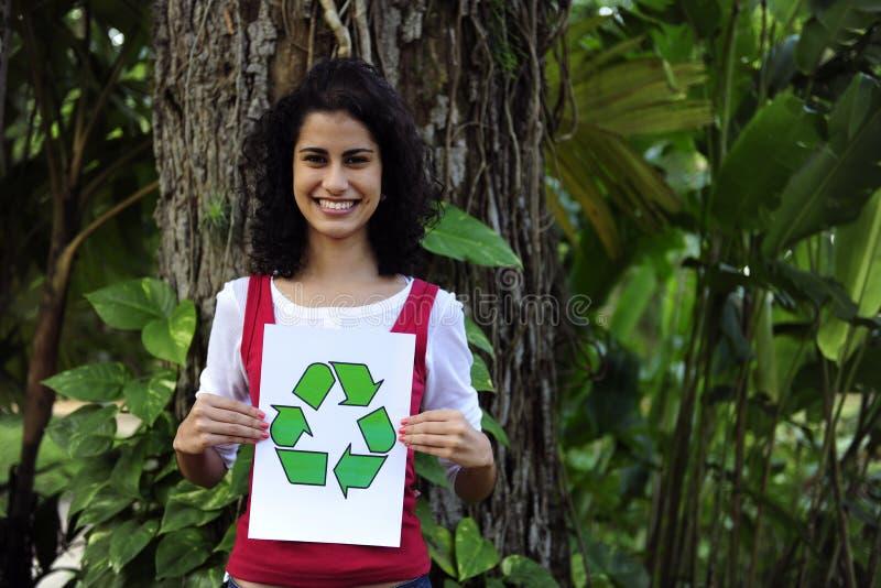 Recycling: vrouw die een kringloopteken houdt stock fotografie