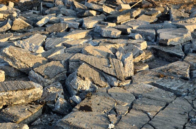 Recykling i ponowne użycie gruzu z betonu kruszonego, asfaltu, materiału budowlanego, bloków Łamane płyty betonowe na budowie ilustracji