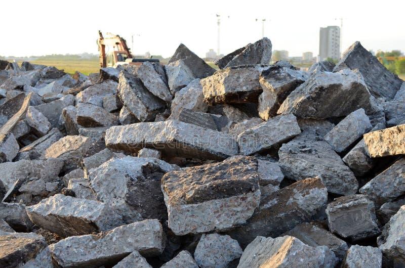 Recykling i ponowne użycie gruzu z betonu kruszonego, asfaltu, materiału budowlanego, bloków ilustracja wektor