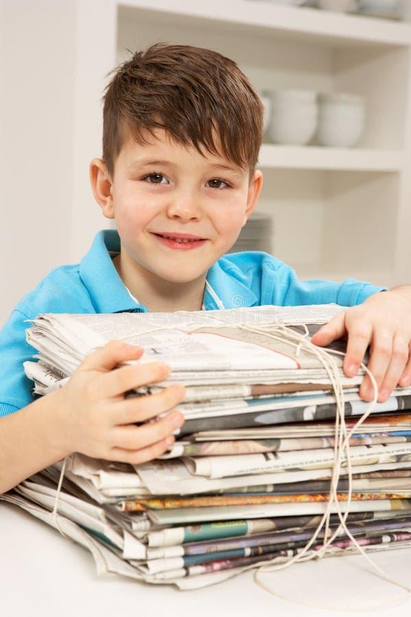recyling potomstwa domowe chłopiec gazety fotografia stock