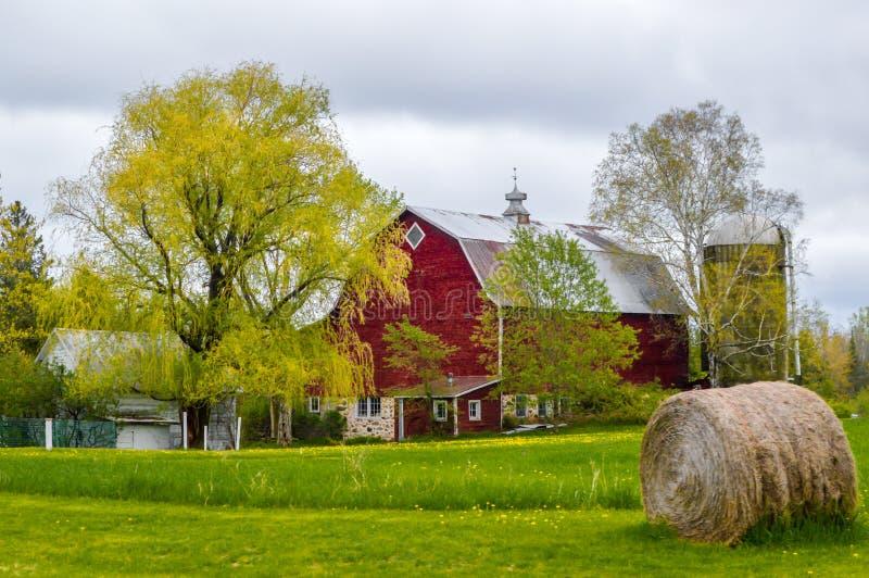 Red Barn com o Round Hay Bale imagens de stock