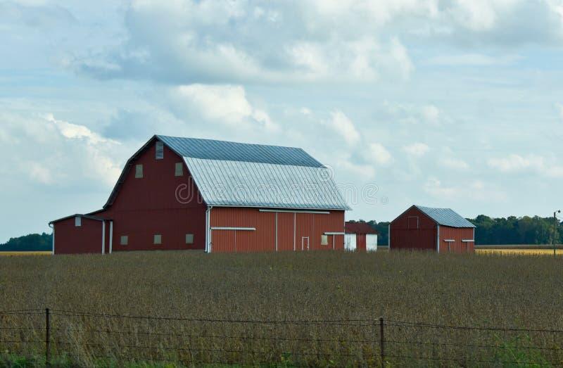 Red Barn sur une ferme dans le Midwest américain photos libres de droits