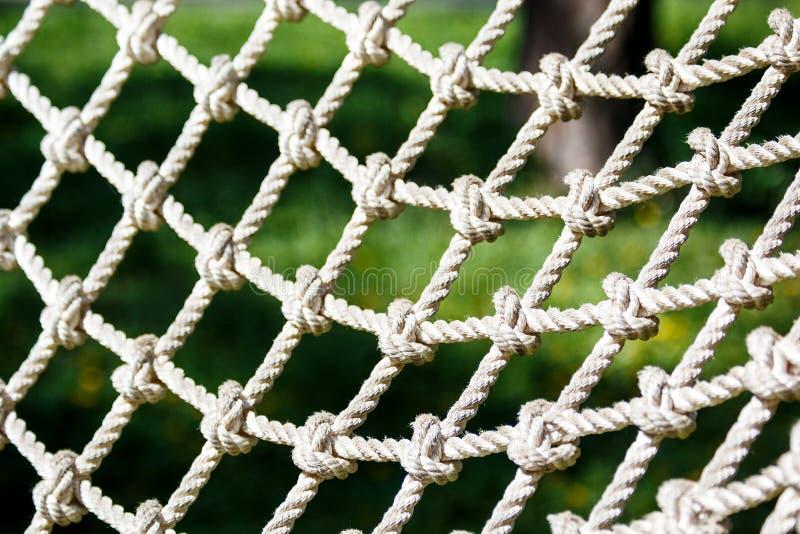 Red blanca en el parque de la aventura de la cuerda en el verano Cierre para arriba vida activa del deporte fotos de archivo libres de regalías