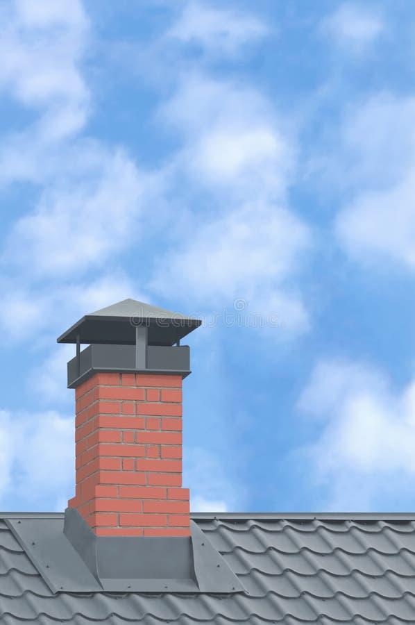 Red Brick Chimney, Grey Steel Tile Roof Texture, Grey Tiled Tetti, Large Detailed Vertical Closeup, Moderno Residence House fotografie stock libere da diritti