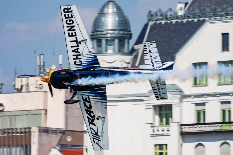 Red Bull-de Klasse van Eiser van het Luchtras 2015 extra 330 vliegtuigen over de rivier van Donau in Boedapest de stad in stock afbeelding