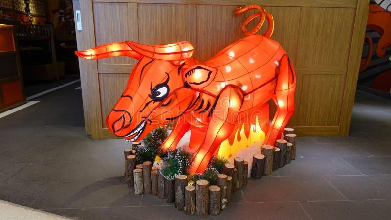 Red Bull-de voorzijde van de de Verlichtingswinkel van het mascottebeeldhouwwerk royalty-vrije stock afbeeldingen
