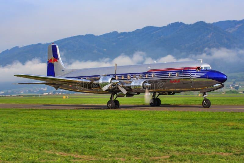 Red Bull Douglas DC-6B lizenzfreie stockbilder