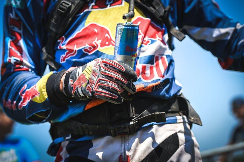 Red Bull-Energiedrank in de handen van een ruiter stock afbeelding