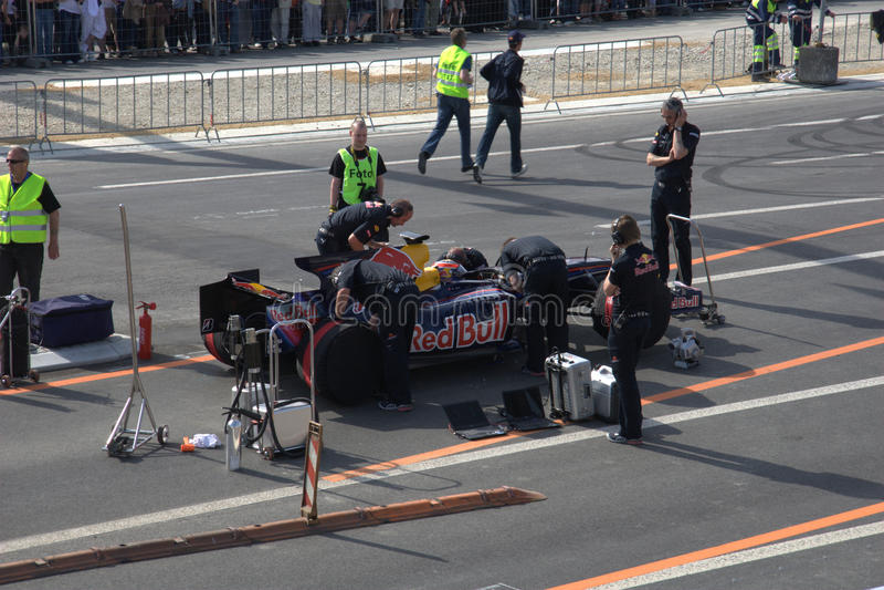 Red Bull que compite con el coche de carreras fotografía de archivo libre de regalías