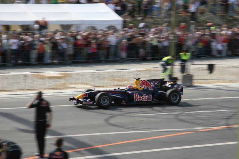 Red Bull que compite con el coche de carreras fotos de archivo libres de regalías