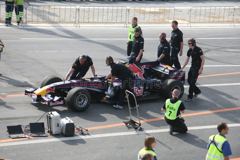 Red Bull que compite con el coche de carreras foto de archivo