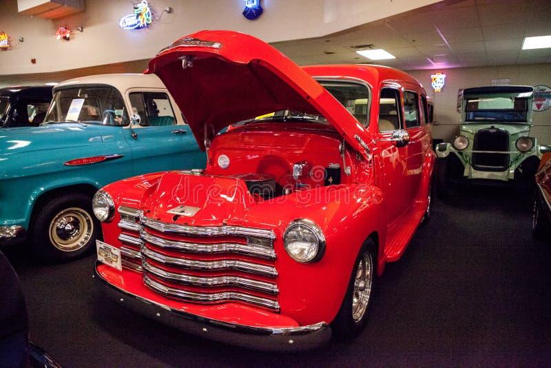 Red 1949 Chevrolet Suburban, tentoongesteld in het Muscle Car City museum stock foto's