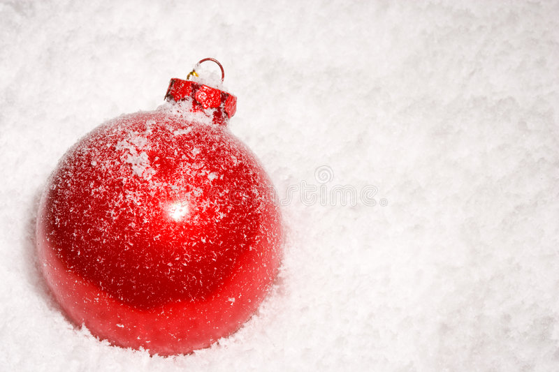 Red Christmas Bauble On A Bed Of Snow Royalty Free Stock Photo