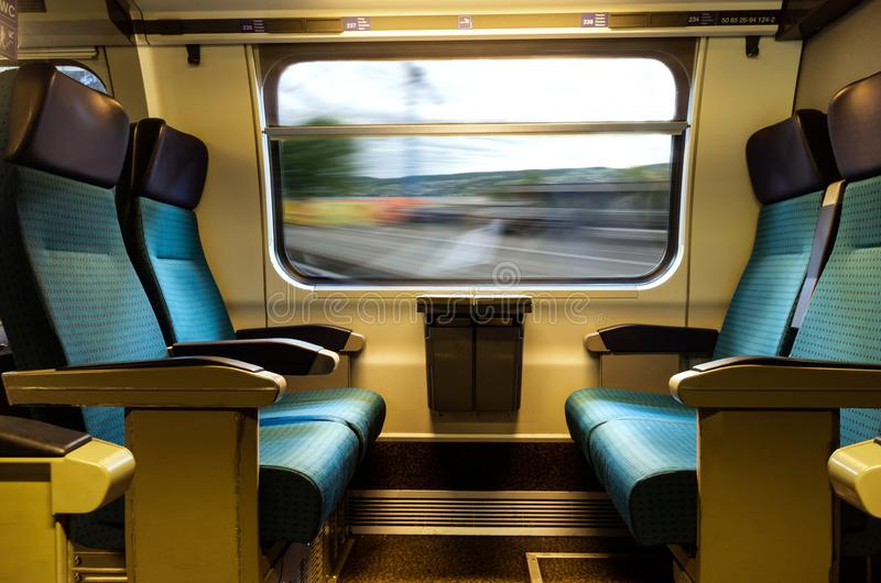 Red de carril azul del sbb del suizo de la tapicería del tren cuatro de los asientos vacíos móviles del coche fotos de archivo